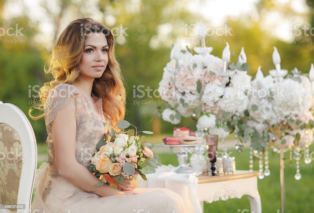 Happy bride in the summer garden Bridal bouquet foto royalty-free