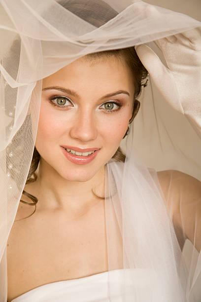 glückliche braut. xl - hochzeitskleid xl stock-fotos und bilder