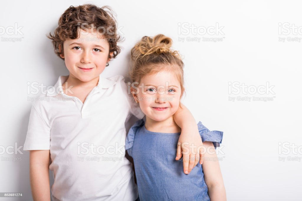 Heureux de frère et de soeur étreignant les uns les autres - Photo