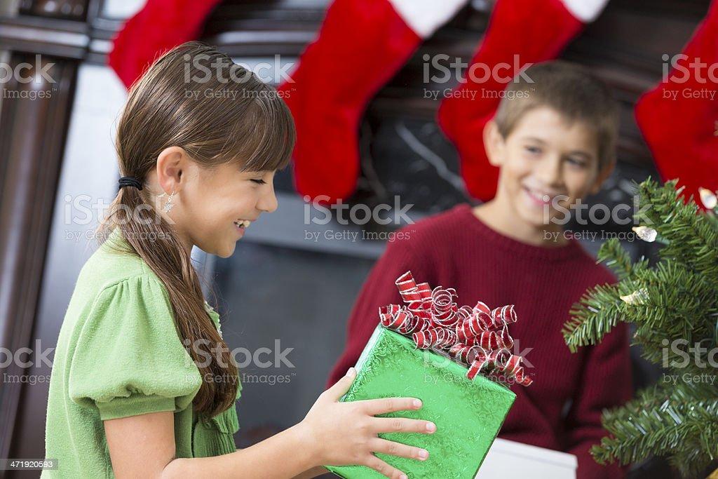 Regali Di Natale Fratello.Felice Fratello E Sorella Apertura Regali Sotto Lalbero Di Natale