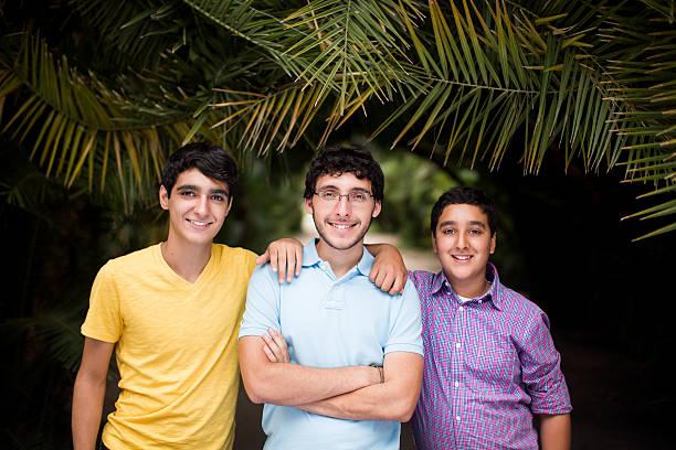 heureux frères - frère photos et images de collection