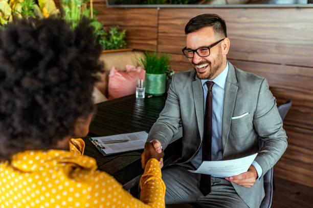 Glückliche Geschäftskollegen im modernen Büro – Foto
