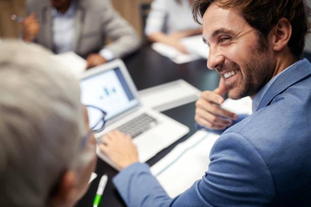 Glückliche Geschäftskollegen im modernen Büro arbeiten zusammen – Foto