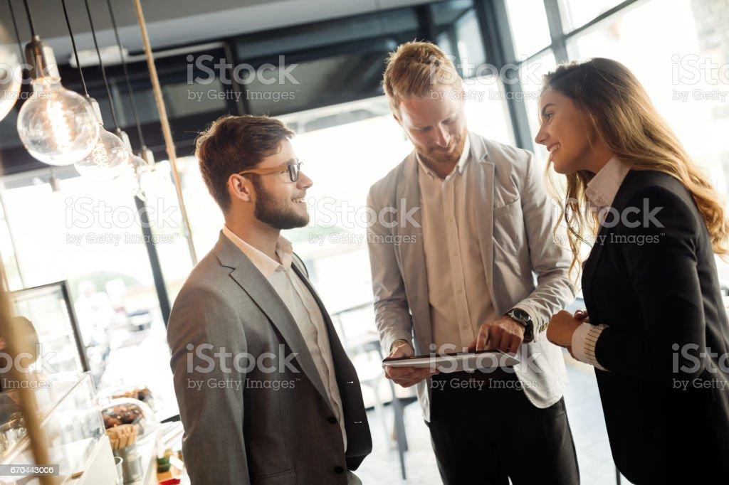 Colegas de negocio feliz reunión en café sonriendo - foto de stock
