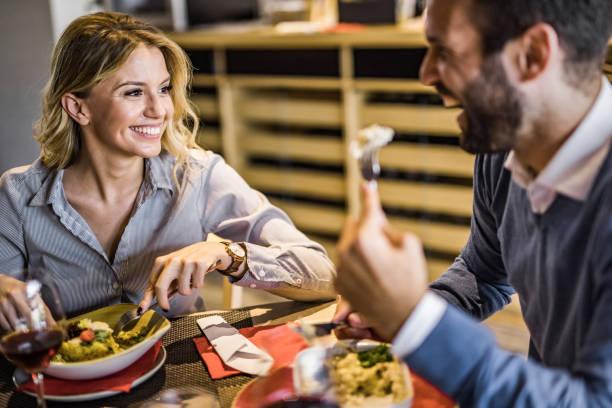 happy business par talar på en lunch i restaurangen. - lunchrast bildbanksfoton och bilder