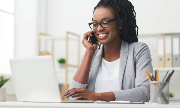 ✓ Imagen de Chica de negocios feliz tener conversación telefónica usando el  ordenador portátil en la oficina Fotografía de Stock