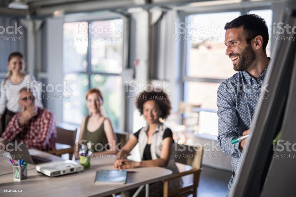 Glücklich Unternehmensführer präsentiert sein Team ein neues Geschäft planen am Whiteboard. – Foto