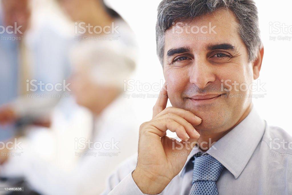Happy business Mann mit hand am Kinn – Foto