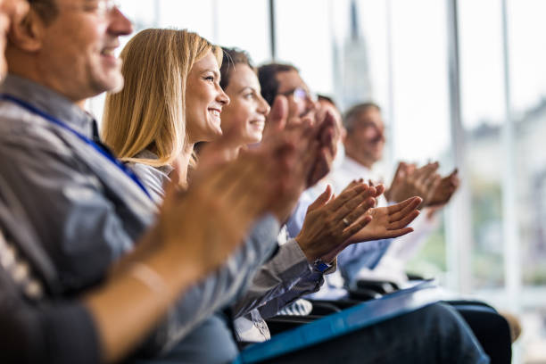 happy business people applauding on a training class in the office. - applaudire foto e immagini stock