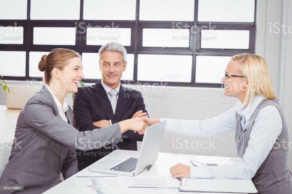 與客戶愉快的商業人握手 免版稅 stock photo
