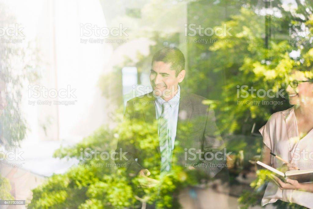 Glücklich Geschäftsleute im Büro durch Glas gesehen – Foto