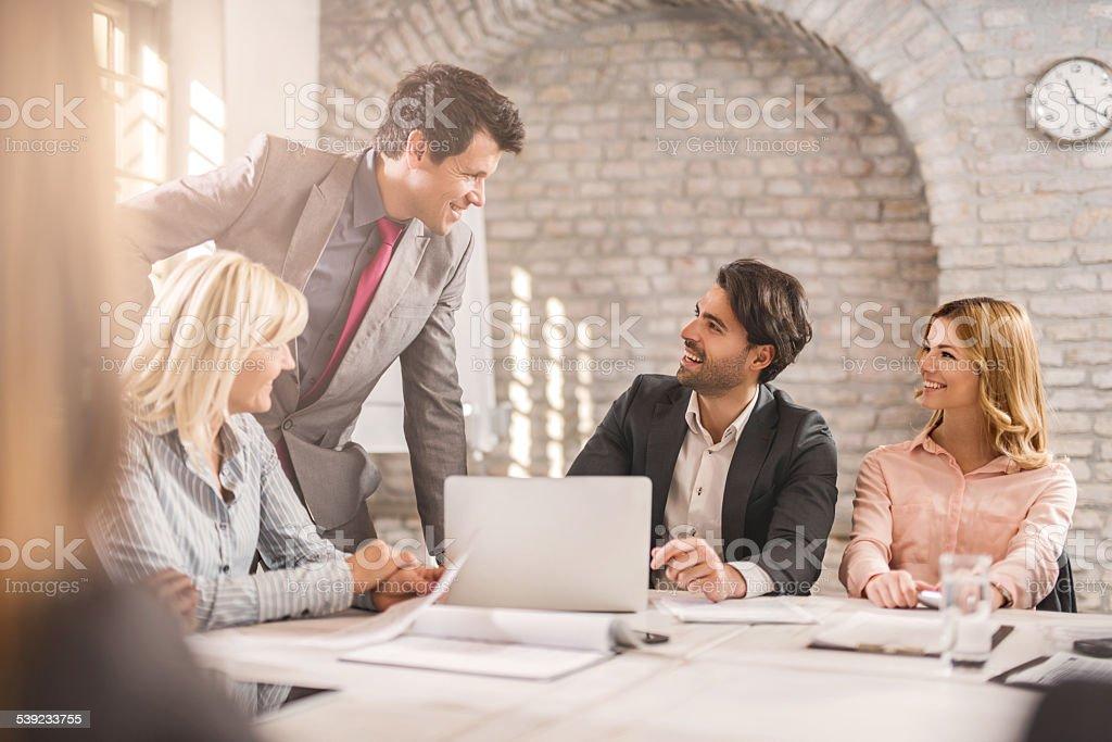 Felices empresarios hablando en la oficina. foto de stock libre de derechos