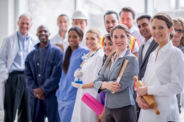 Heureux debout ensemble les voyageurs d'affaires - Photo
