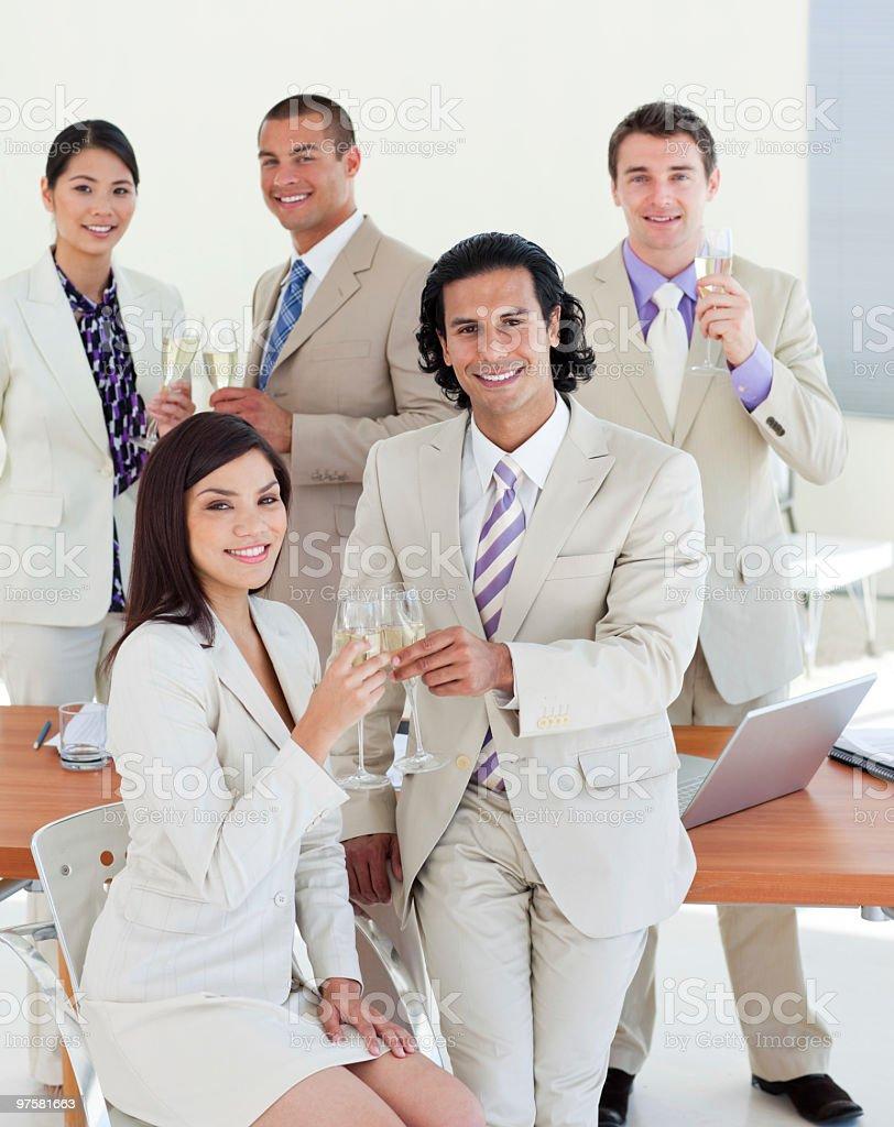Équipe d'affaires heureux célébrant un succès photo libre de droits