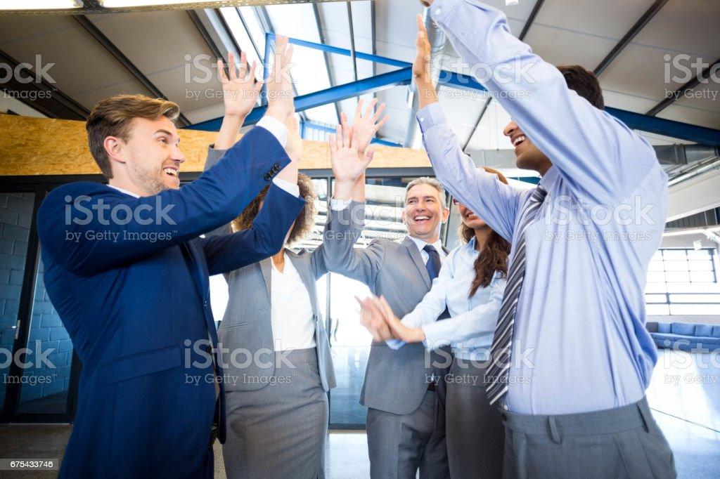 Mutlu iş takım yüksek çakmak royalty-free stock photo