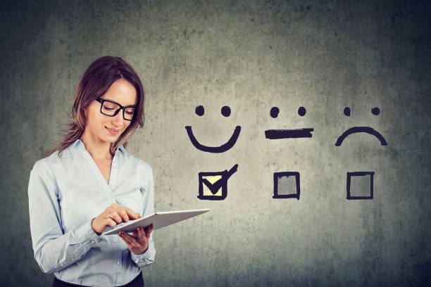 Feliz mujer de negocios dando excelente calificación para la encuesta de satisfacción en línea - foto de stock