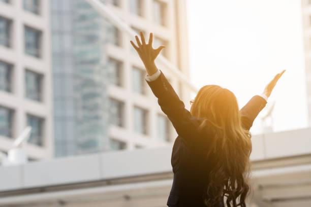 Glücklich Geschäftsfrau machen hohe Hände in Stadt Hintergrund für Teamarbeit Geschäftskonzept – Foto