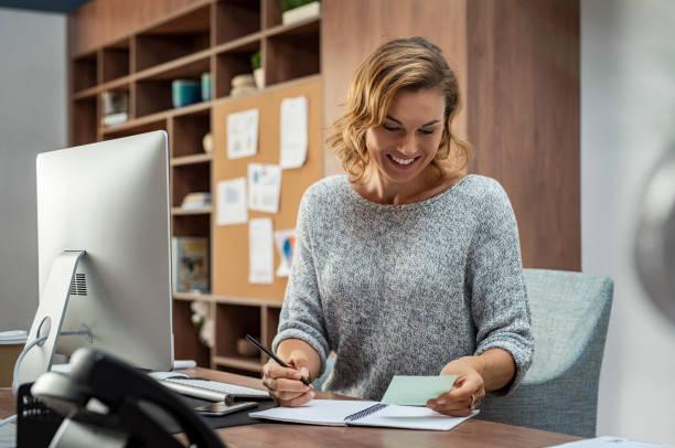 gelukkig zakenvrouw maken van notities - assistent stockfoto's en -beelden