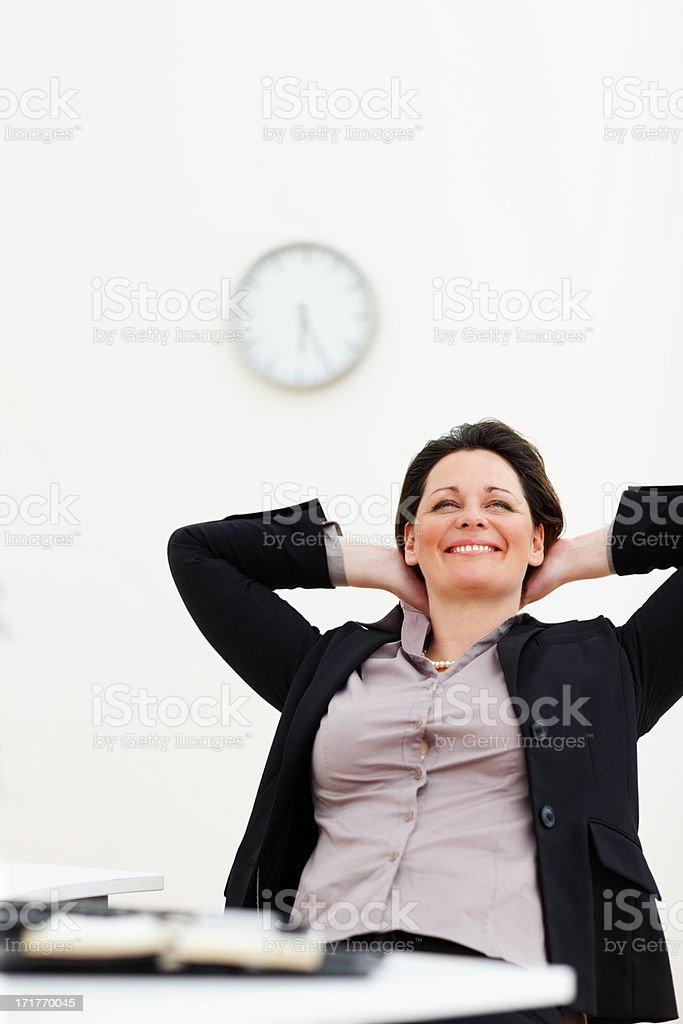 Happy business Frau mit Händen hinter dem Kopf in die Lizenzfreies stock-foto