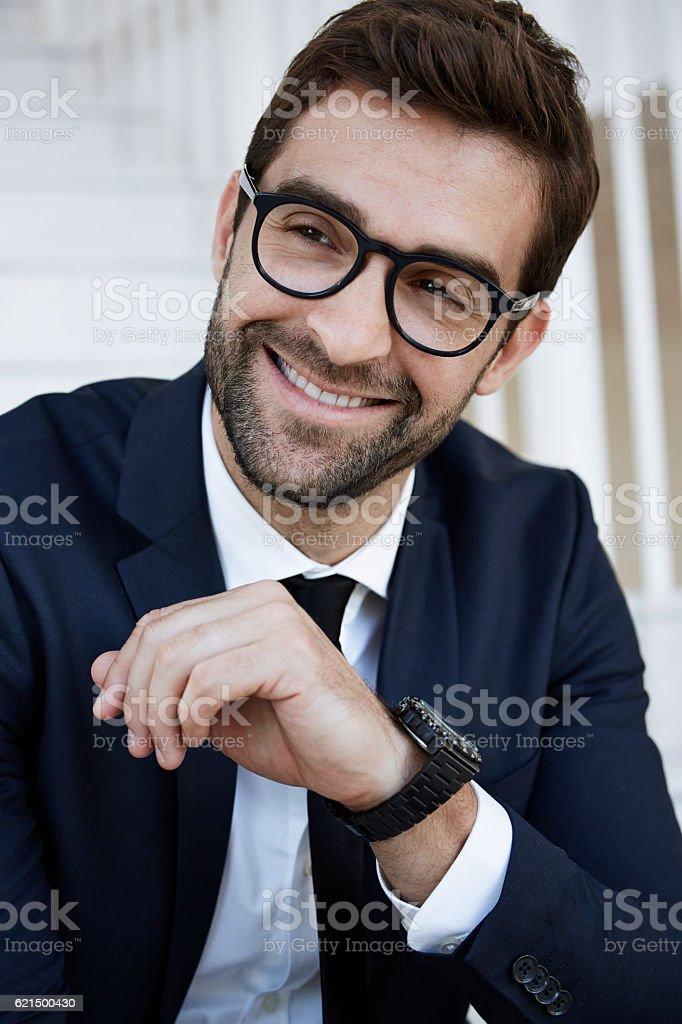 Happy businessman in suit and glasses photo libre de droits