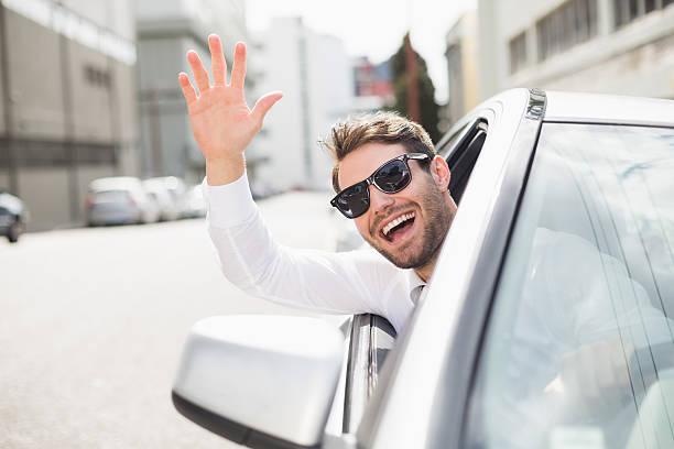 heureux homme d'affaires dans les conducteurs siège - homme faire coucou voiture photos et images de collection