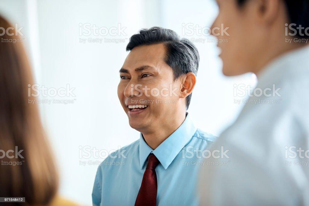 Glücklich Geschäftsmann, Wegsehen im Büro – Foto
