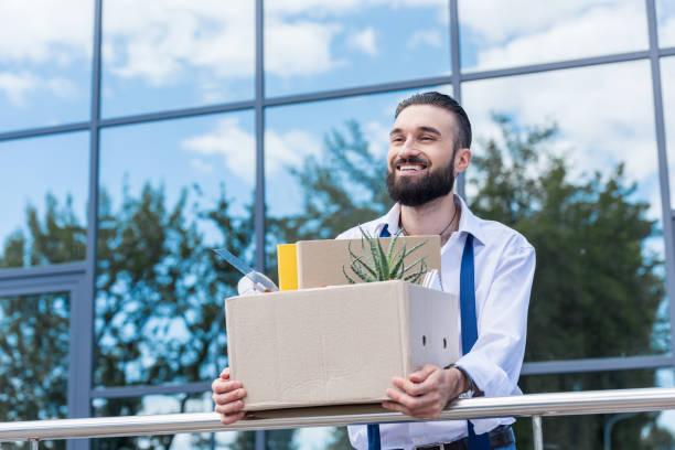glücklich kaufmann mit karton mit office liefert in händen draußen, office building, beenden job-konzept - ausscheiden stock-fotos und bilder
