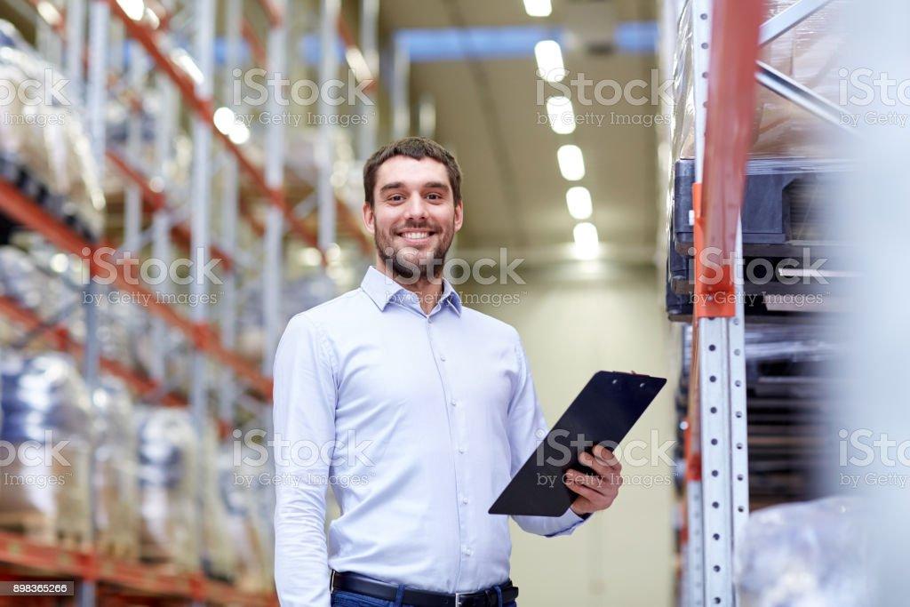 glücklich Geschäftsmann mit Zwischenablage im warehouse – Foto