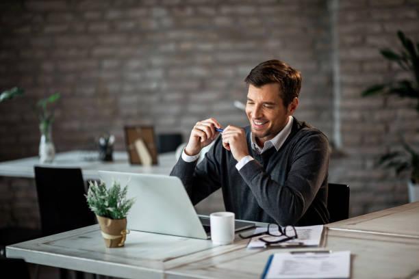 glücklicher geschäftsmann arbeitet an einem computer im büro. - einzelner mann über 30 stock-fotos und bilder