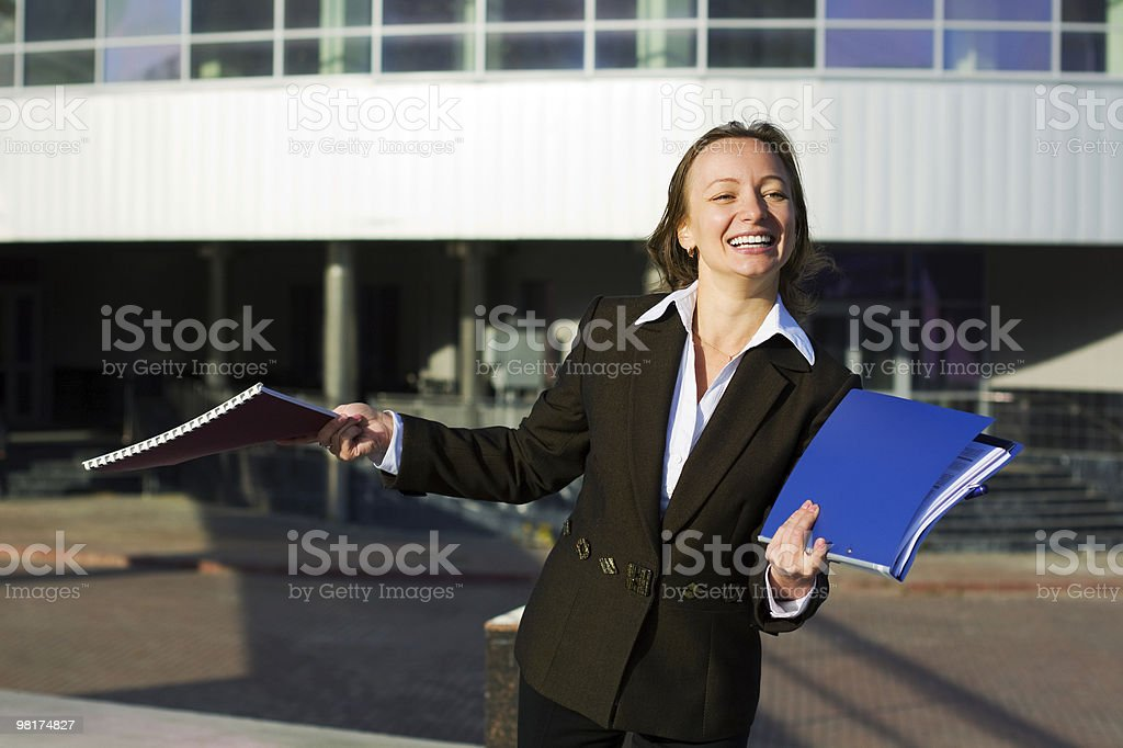 Felice donna d'affari in aeroporto foto stock royalty-free