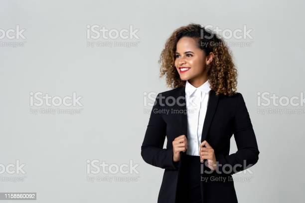 Gelukkige Zakenvrouw In Formele Kledij Stockfoto en meer beelden van Afrikaanse etniciteit