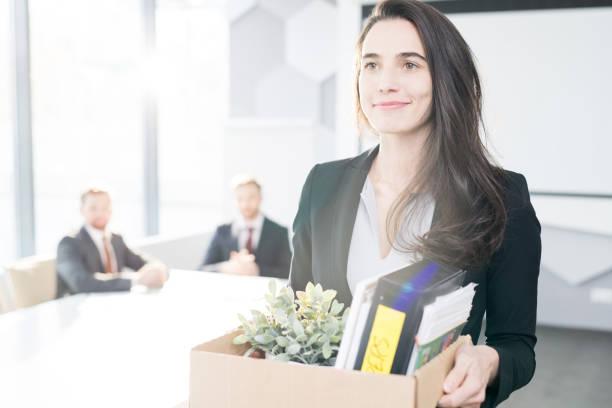 glücklich geschäftsfrau verlassen job - ausscheiden stock-fotos und bilder