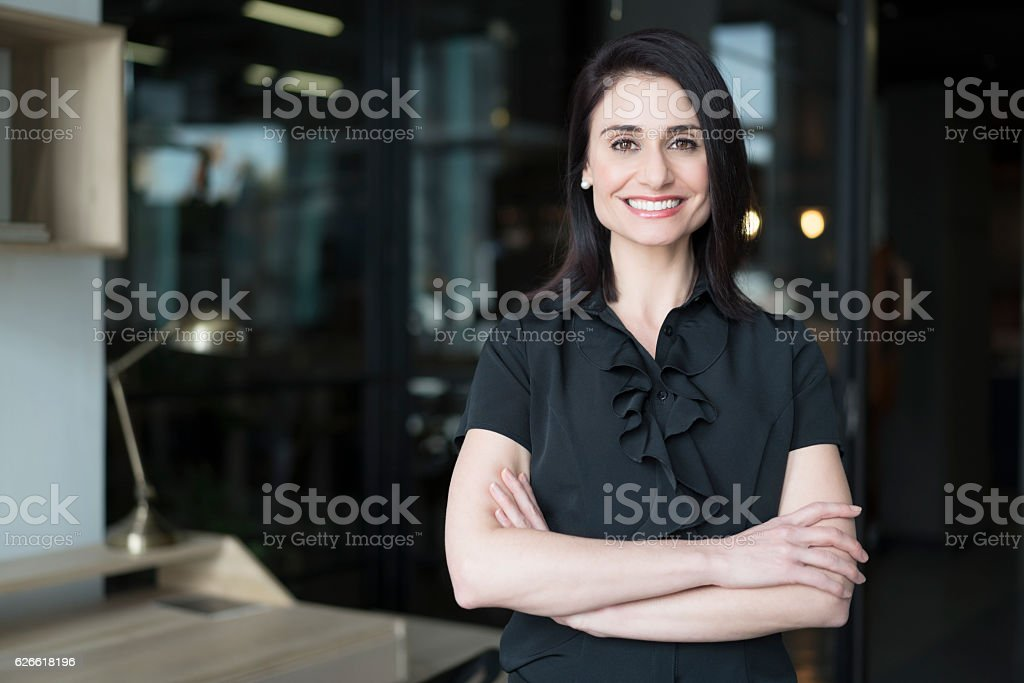 Happy businesswoman standing arms crossed - foto de acervo