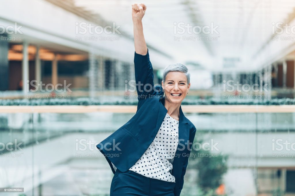 Femme d'affaires heureux avec bras levé en triomphe - Photo