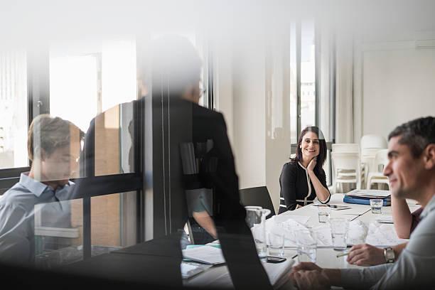 Feliz Mulher de negócios com os colegas em sala de diretoria - foto de acervo