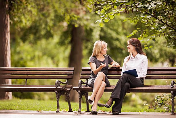 Femmes heureux communiquer. - Photo