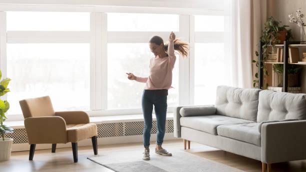 Glücklich unbeschwerte junge Frau tanzen allein Spaß zu Hause – Foto