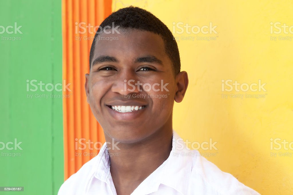 Caribe cara feliz na frente de uma parede colorida - foto de acervo