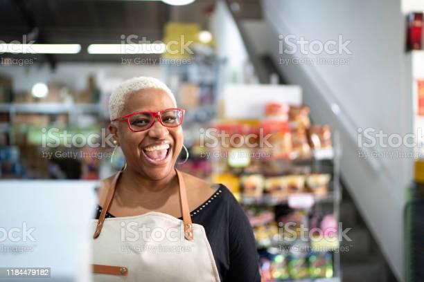 Happy Cashier Werken Bij Wholesale Stockfoto en meer beelden van 40-44 jaar