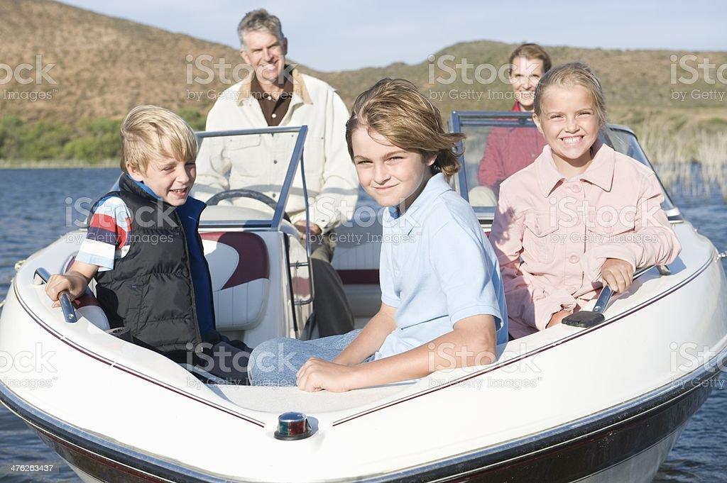 Felice famiglia caucasica di cinque in motoscafo sul lago - foto stock