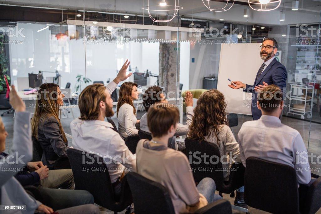Glücklich CEO mit seinem Team eine Geschäftspräsentation in einen Konferenzraum. – Foto
