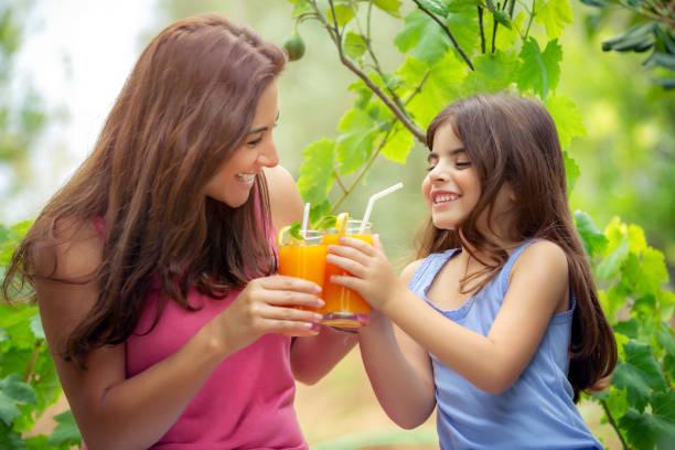 Fröhliche fröhliche Familie trinkt Orangensaft – Foto