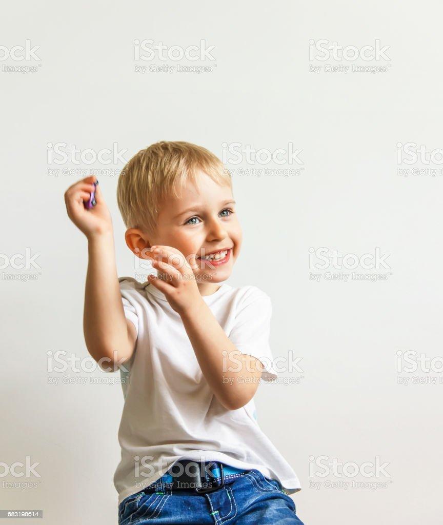 glücklich fröhlicher kleiner Junge, spielen, lachen, machen ein Gesicht auf weißem Hintergrund, soft-Fokus Lizenzfreies stock-foto