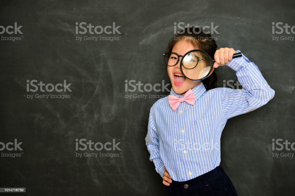 professor de pouco alegre feliz usando a lente de aumento - foto de acervo