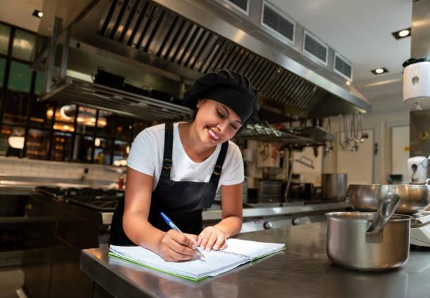 Glücklich Koch arbeitet in einem restaurant – Foto