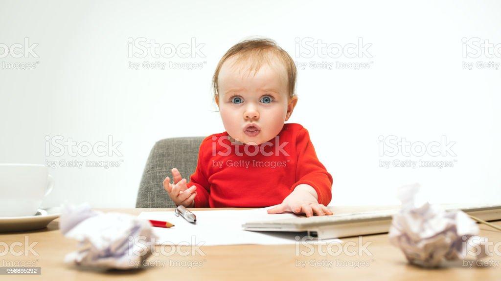 Gelukkig kind baby meisje peuter zit met toetsenbord van de