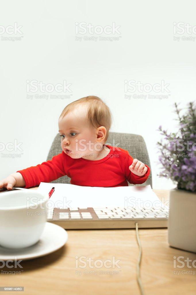 Niño feliz bebé niña niño pequeño sentado con teclado de ordenador aislado sobre fondo blanco - Foto de stock de Alegre libre de derechos