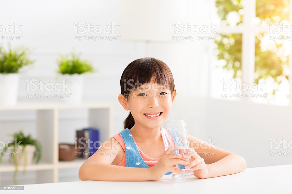 happy Child drinking water from glass - foto stock