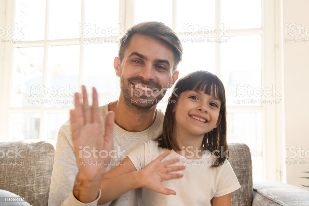Happy child girl and father wave hands record vlog - Royalty-free A usar um telefone Foto de stock