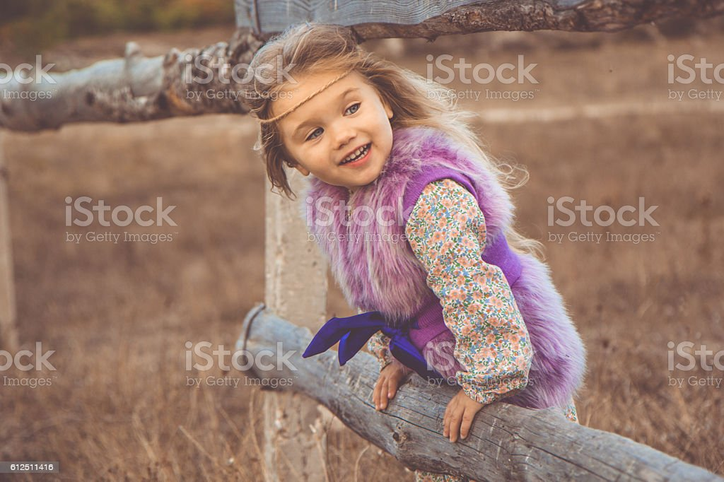 Happy child girl in autumn filed - foto de acervo